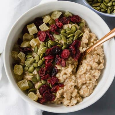 Breakfast is served! Just head up a bowl of make-ahead Gluten Free Refrigerator Oatmeal (#glutenfree #wholegrain #makeahead #breakfast #recipe)